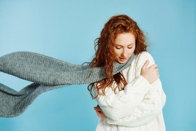 Młoda dziewczyna drży z zimna
