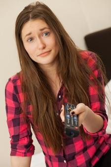 Młoda dziewczyna emocjonalne z konsoli telewizyjnej
