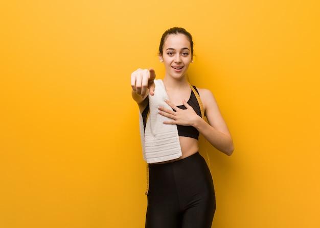 Młoda dziewczyna fitness marzy o osiągnięciu celów