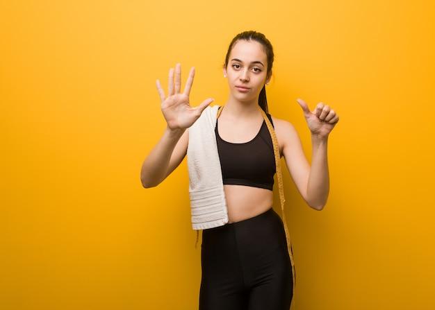 Młoda dziewczyna fitness pokazano numer sześć