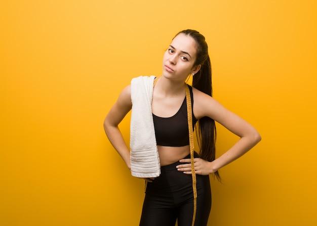 Młoda dziewczyna fitness zbeształ kogoś bardzo zły