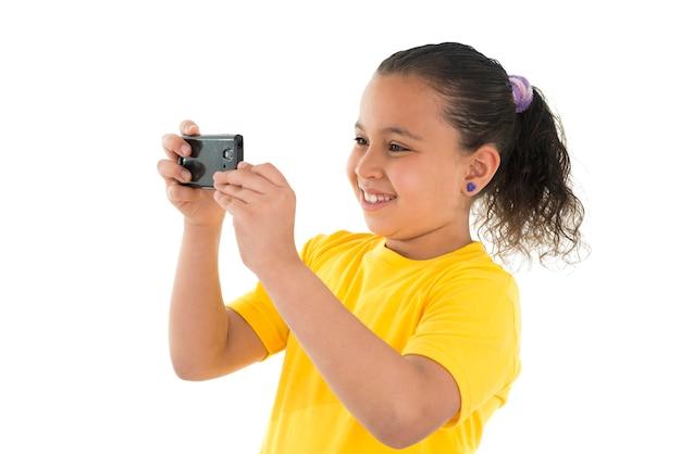 Młoda dziewczyna fotografuje mobilnym aparatem