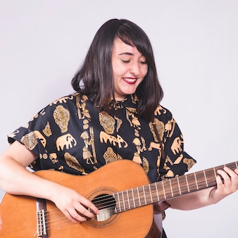 Młoda dziewczyna gra na gitarze
