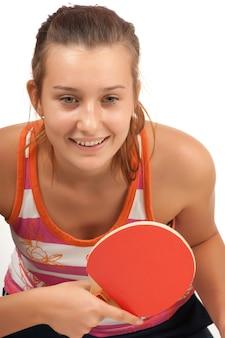 Młoda dziewczyna gra w ping-ponga na białym tle