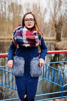 Młoda dziewczyna hipster nosić na płaszcz, szalik i okulary