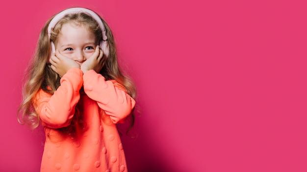 Młoda dziewczyna i copyspace