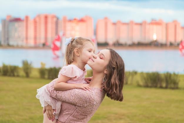 Młoda dziewczyna i jej młodsza siostra cieszą się życiem. letni wieczór. szczęśliwa rodzina i koncepcja przyjaźni.