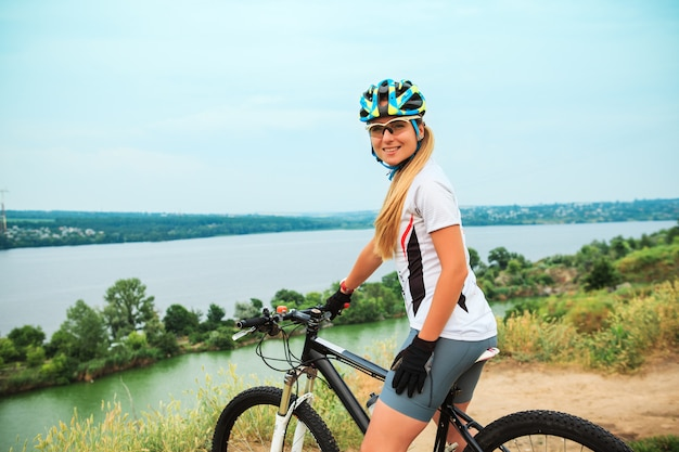 Młoda dziewczyna jedzie rower na zewnątrz