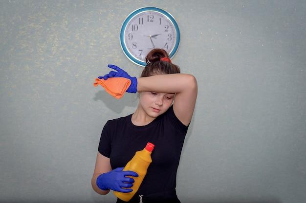 Młoda dziewczyna jest zmęczona po sprzątaniu