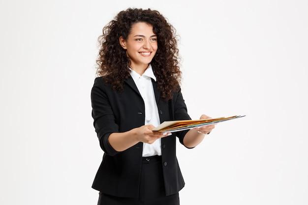 Młoda dziewczyna kręcone przetargu gospodarstwa dokumenty