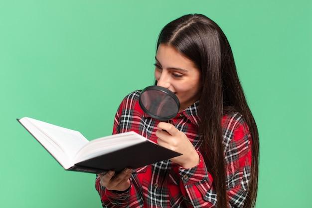 Młoda dziewczyna ładna nastolatka. szczęśliwy i zaskoczony wyraz twarzy. poszukiwanie w koncepcji książki