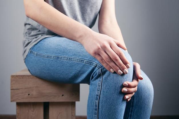 Młoda dziewczyna ma ból kolana
