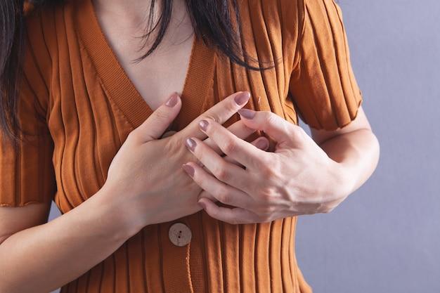 Młoda dziewczyna ma ból w klatce piersiowej