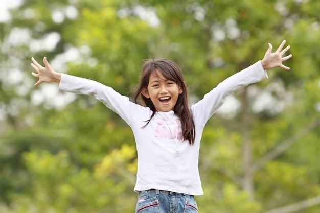 Młoda dziewczyna ma zabawę plenerową