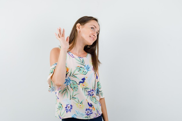 Młoda Dziewczyna Macha Ręką, Aby Pożegnać Się W Koszuli, Dżinsach I Zadowolony, Widok Z Przodu. Darmowe Zdjęcia