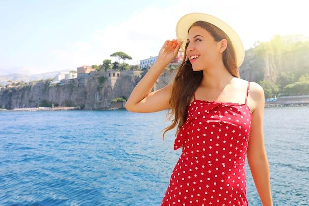 Młoda dziewczyna mody odwiedzenie wybrzeża sorrento w południowych włoszech