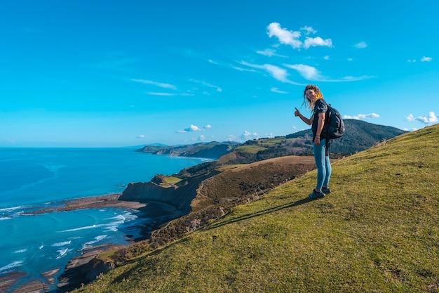 Młoda dziewczyna na górze z punktu widzenia geopark sakoneta