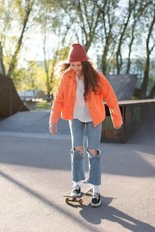 Młoda dziewczyna na łyżwach pełny strzał
