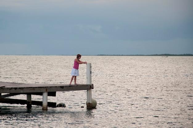 Młoda dziewczyna na molu przy placencia w belize