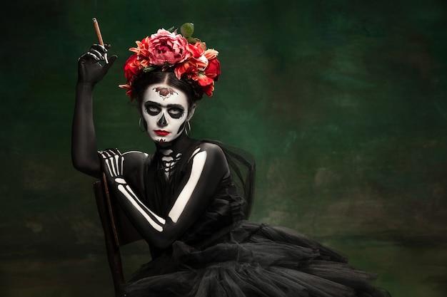 Młoda dziewczyna na obrazie santa muerte saint śmierć lub cukrowa czaszka
