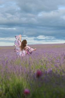 Młoda dziewczyna na polach lawendy.