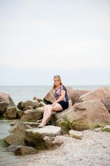 Młoda dziewczyna na skałach w morzu