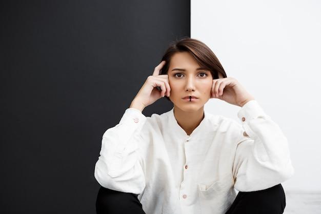 Młoda dziewczyna nad czarny i biały ścianą