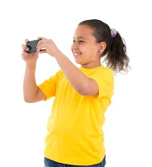 Młoda dziewczyna nagrywanie wideo z telefonem