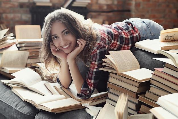 Młoda dziewczyna nastolatka czyta książkę w domu