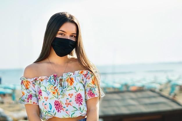 Młoda dziewczyna/nastolatka z maską na twarz