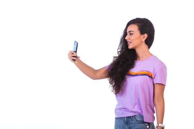 Młoda dziewczyna, nawiązywanie połączenia wideo