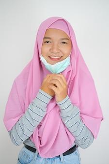 Młoda dziewczyna nosi różowy hidżab na białym tle