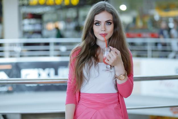 Młoda dziewczyna o sody w centrum handlowym