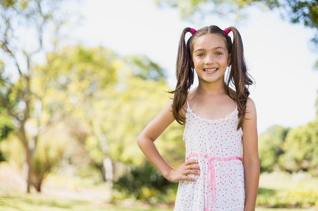 Młoda dziewczyna ono uśmiecha się w parku