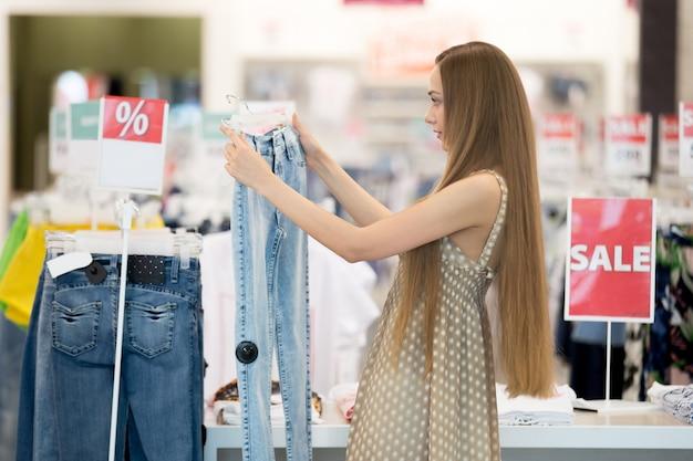 Młoda dziewczyna patrząc jeans
