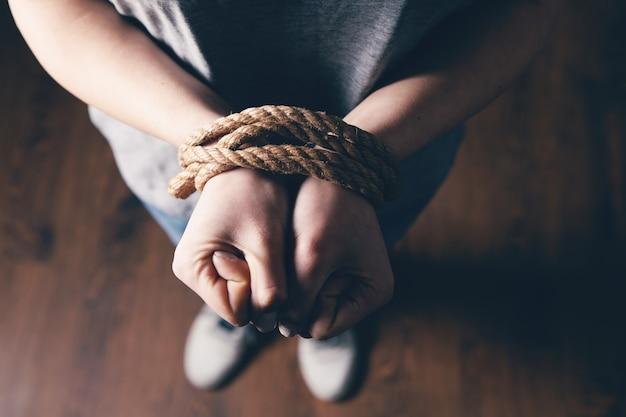 Młoda dziewczyna pobita i związana
