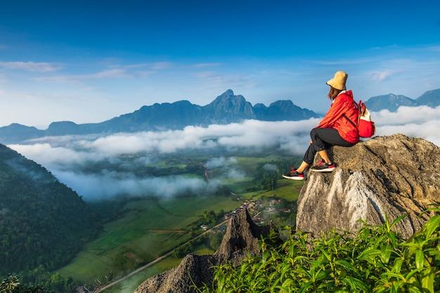 Młoda dziewczyna podróżuje na wysokiej górze w vang-vieng, laos.
