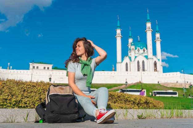 Młoda dziewczyna pozuje na meczecie w kazaniu