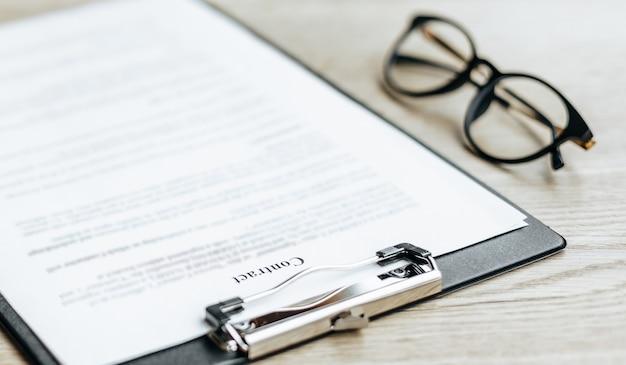 Młoda dziewczyna pracownik biurowy lub biznes pani podpisuje dokumenty. skoncentrowany bizneswoman pracy z dokumentami. pomysł na biznes