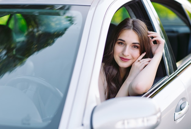 Młoda dziewczyna prowadzi samochód.