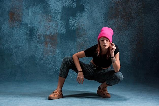 Młoda dziewczyna przerwa taniec na ścianie