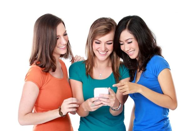Młoda dziewczyna przyjaciele używa telefon komórkowego