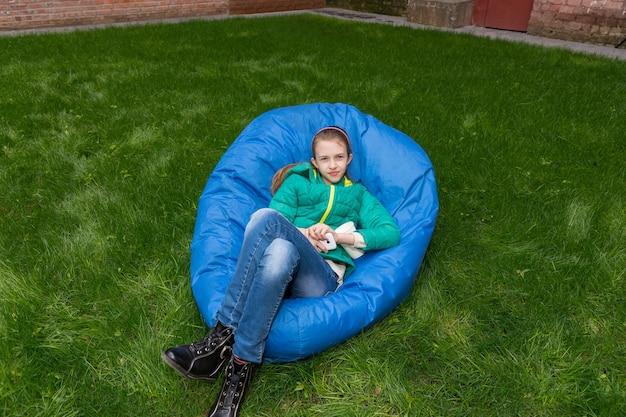 Młoda dziewczyna relaks w niebieskim beanbag