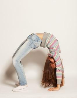 Młoda dziewczyna robi gimnastyka
