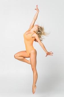 Młoda dziewczyna robi gimnastyki ćwiczeniu odizolowywającemu