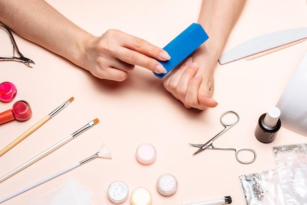 Młoda dziewczyna robi manicure w domu. współczesny styl życia.