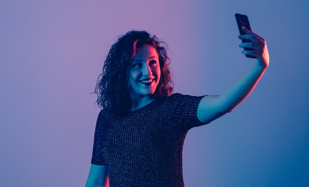 Młoda dziewczyna robi selfie i ono uśmiecha się