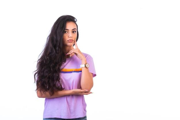 Młoda dziewczyna robi uważne słuchanie znaku ręki