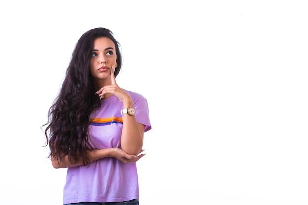 Młoda dziewczyna robi znak ręką myślenia