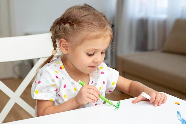 Młoda dziewczyna rysunek w domu